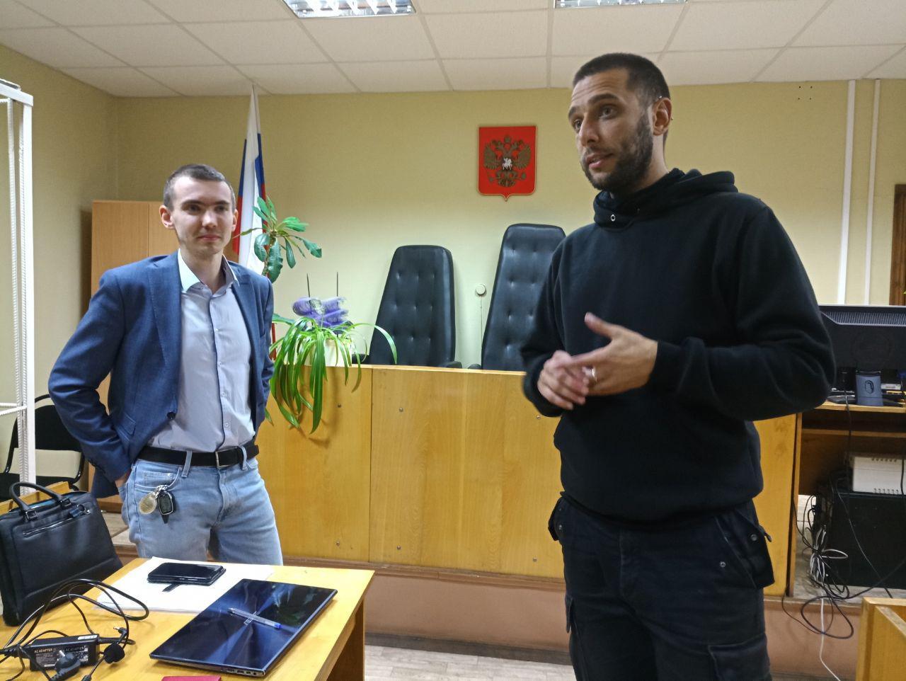Павел Никулин с адвокатом перед оглашением решения
