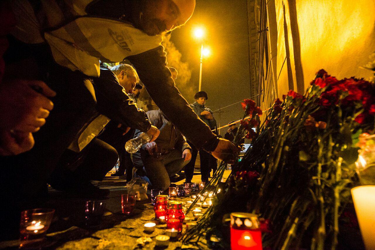 Цветы и свечи у станции метро Технологический институт