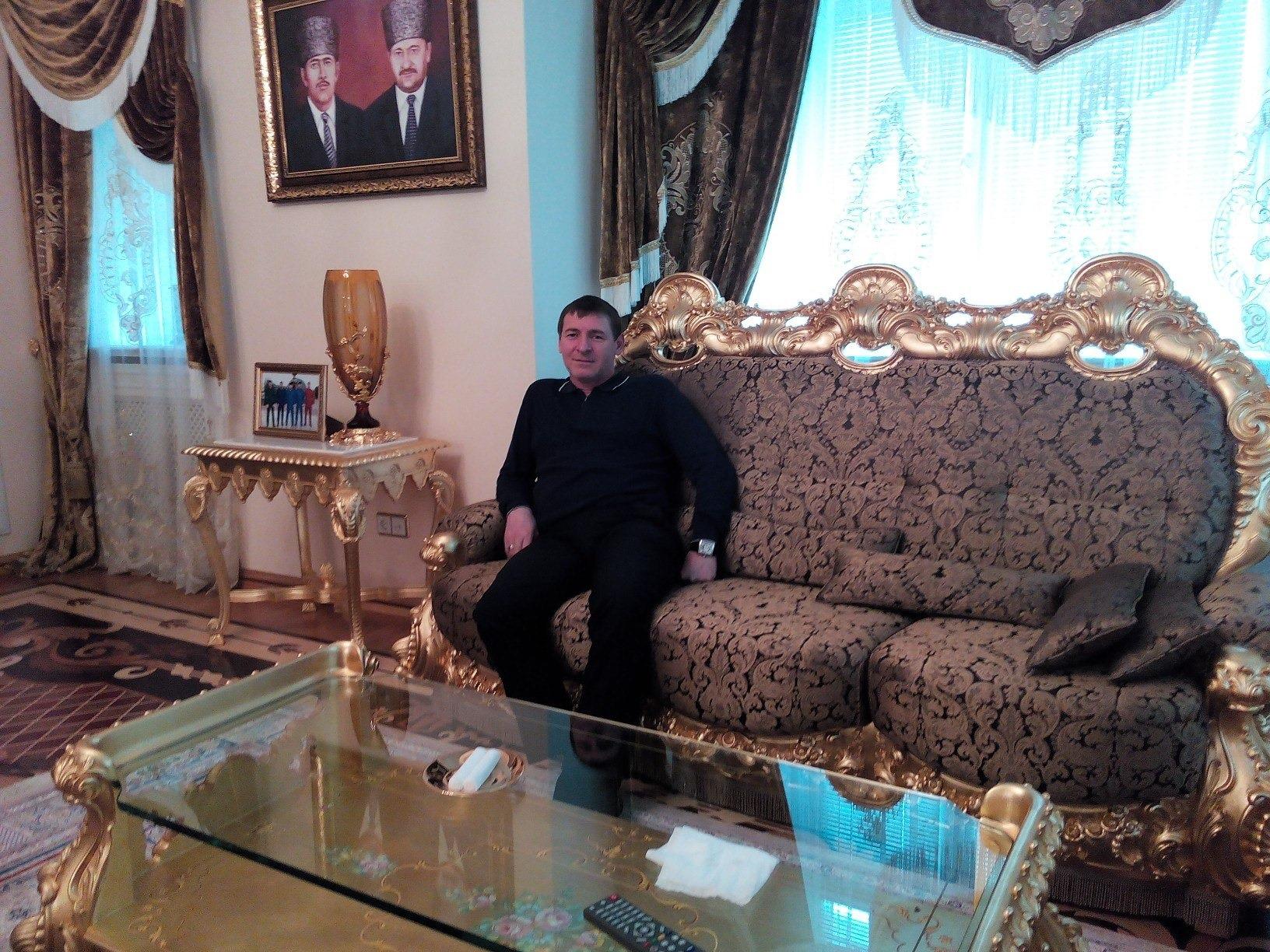 Али Алиев в резиденции семьи Делимхановых в Джалке. Фото: его аккаунт во «Вконтакте»