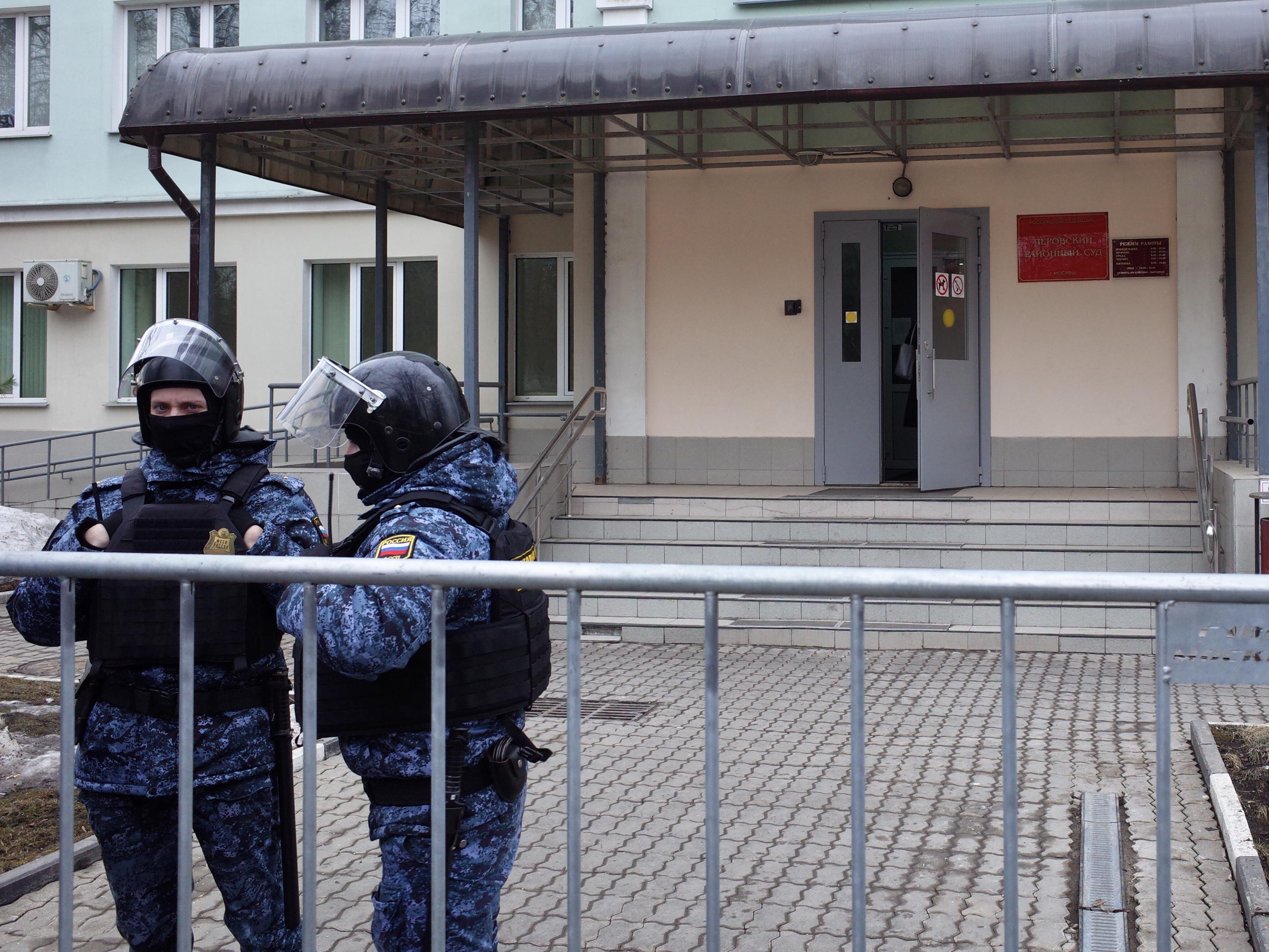 Полицейские у Перовского суда. Фото: Александр Бородихин / Медиазона