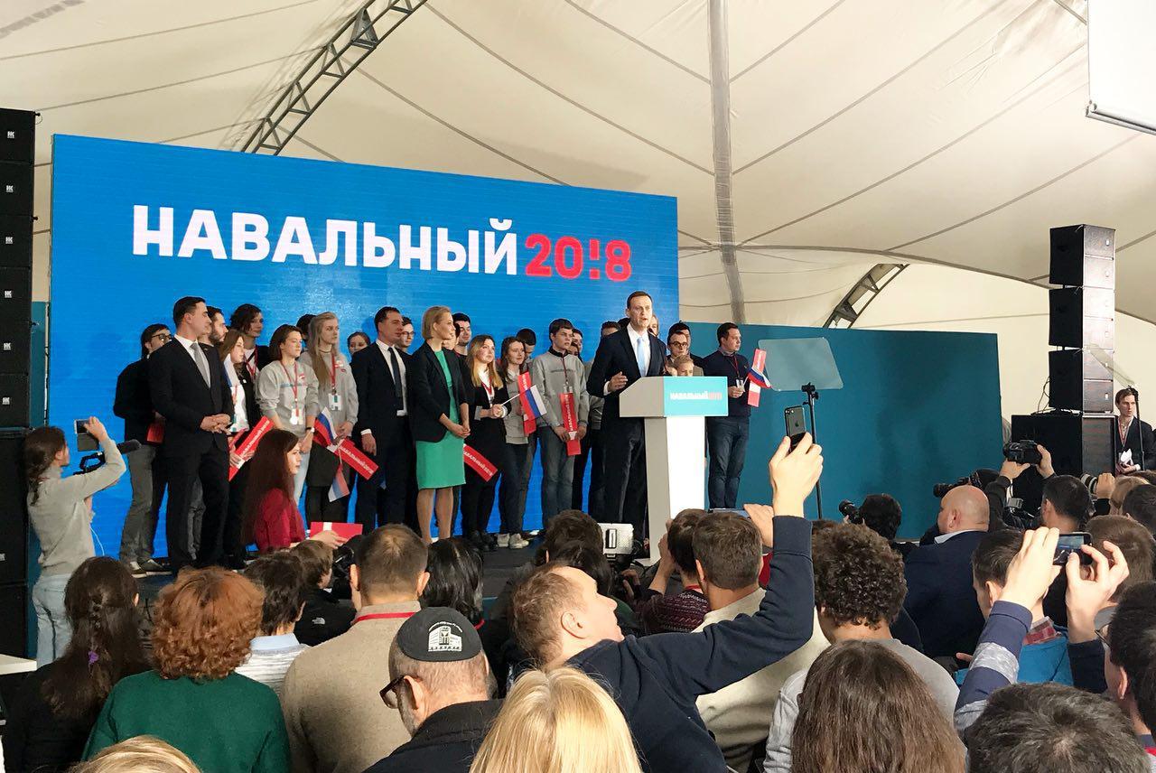 Навальный выступает на собрании инициативной группы в Москве