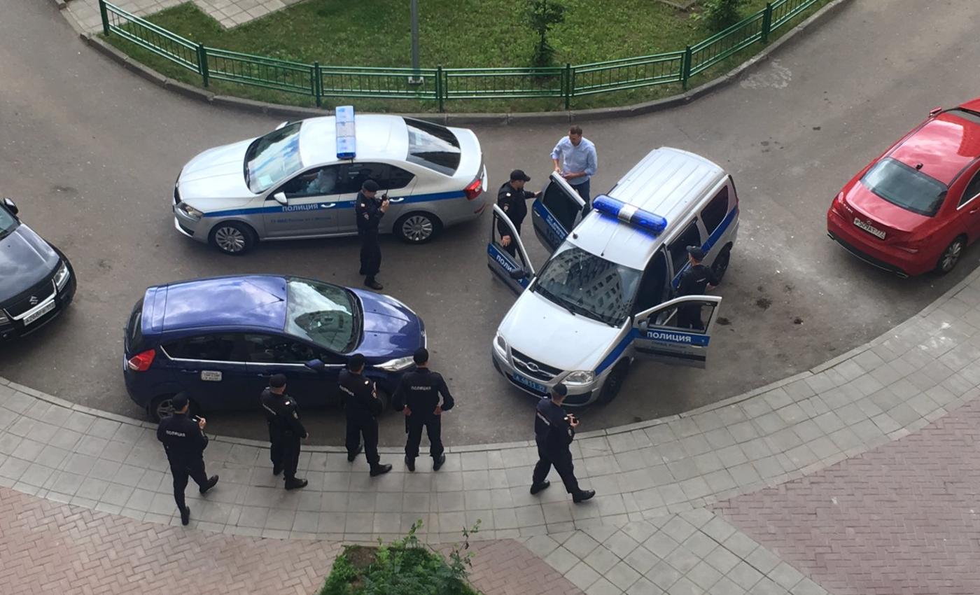 Картинки по запросу навальный 12 июня взяли у подъезда