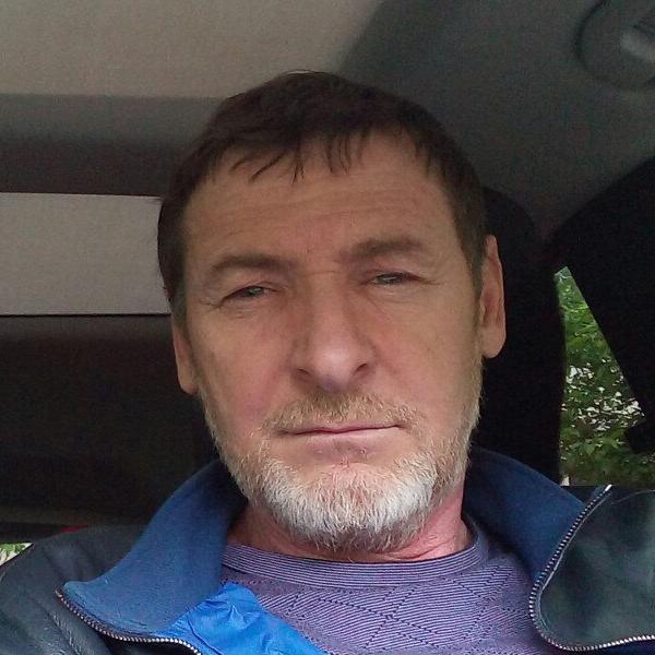Родился в 1968 году в дагестанском селе Хаджалмахи, окончил институт сельского хозяйства. Он зарегистрирован в Великом Новгороде и занимает пост гендиректора ООО «Малоярославецкий завод сухих строительных смесей» в Калужской области.